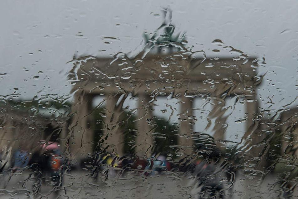 In wenigen Minuten wurde es dunkel über der Hauptstadt und der Regen fiel massiv vom Himmel.