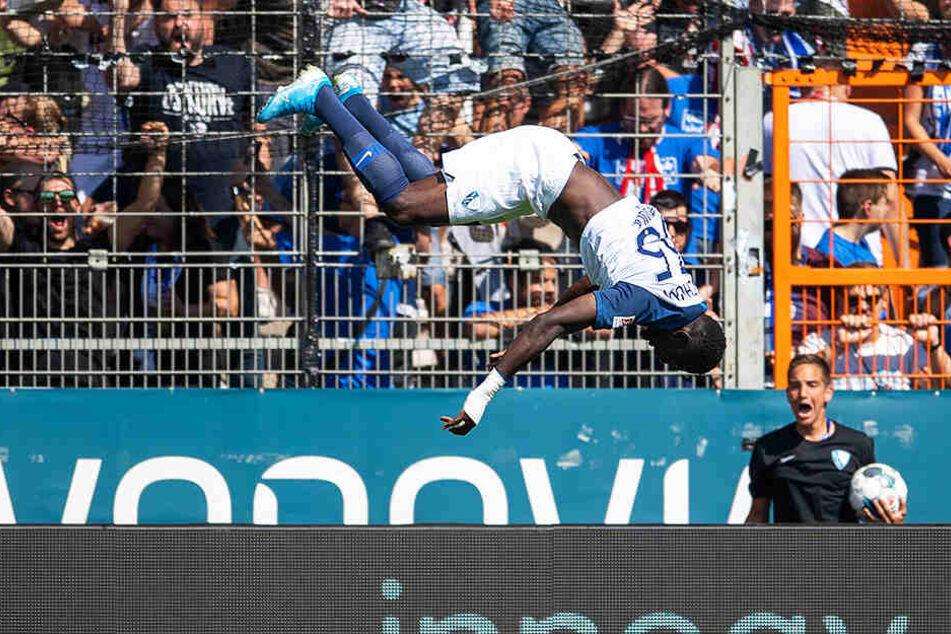 Schöner und verdienter Salto: Silvere Ganvoula jubelt über sein Tor und durfte sich auch über die großartige Bochumer Aufholjagd beim 3:3 gegen den SV Wehen Wiesbaden freuen.