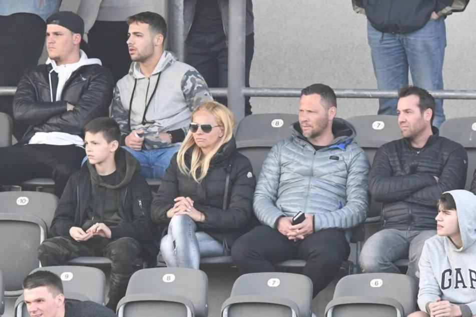 Die Dardai-Family: Bence Dardai (mittlere Reihe, l.) sitzt neben seinen Eltern. Vater Pal (mittlere Reihe, graue Jacke) hält große Stücke auf den 13-jährigen Nachwuchskicker.