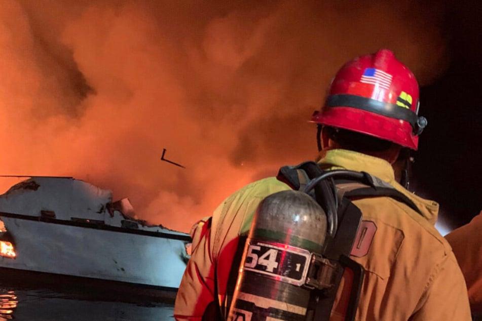 Das Bild zeigt, wie verheerend das Feuer auf der Jacht wütet.
