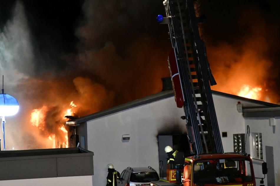 Großbrand in Schreinerei: Komplette Lagerhalle steht in Flammen