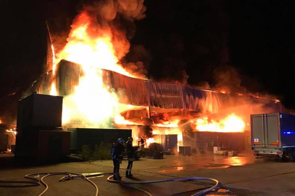 Feuerwehr kämpft zehn Stunden: Lagerhalle brennt komplett nieder