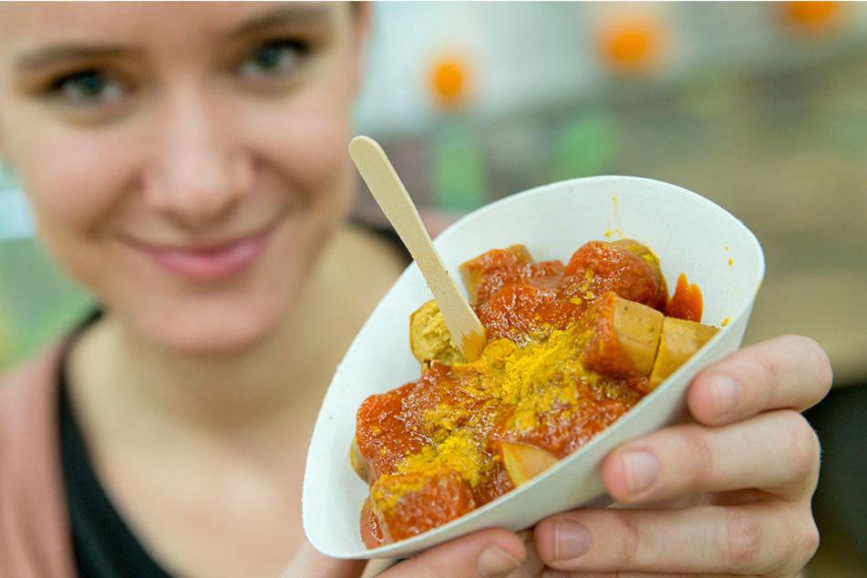 Äußerlich vom Original kaum zu unterscheiden: eine Vegane Curry-Wurst.