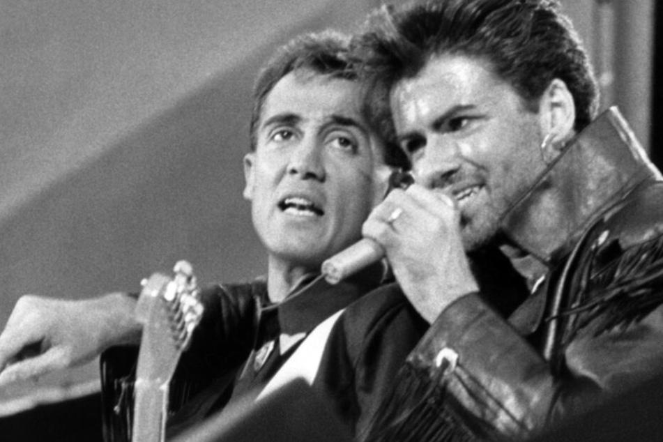 Das britische Pop-Duo Wham! - Andrew Ridgeley (li.) und George Michael - während ihres Abschiedskonzerts 1986 im ausverkauften Wembley Stadion in London.