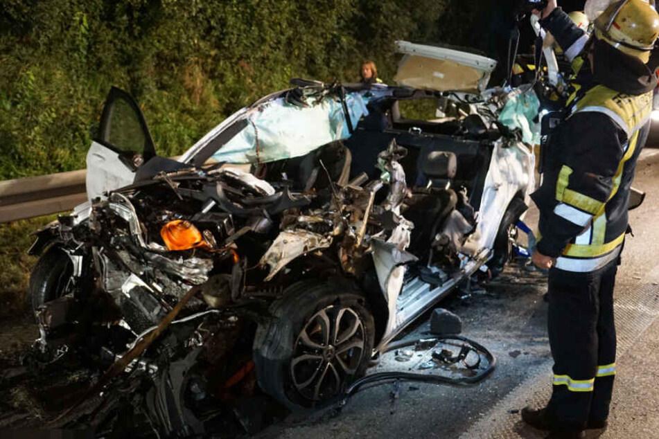 Der Mercedes wurde unter den Lkw geschoben und dabei komplett zerstört.