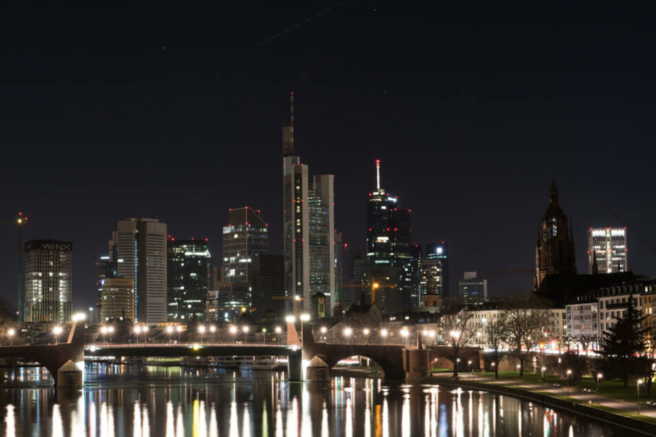 "Dunkle Skyline: Auch Frankfurt nimmt an der ""Earth Hour"" teil."