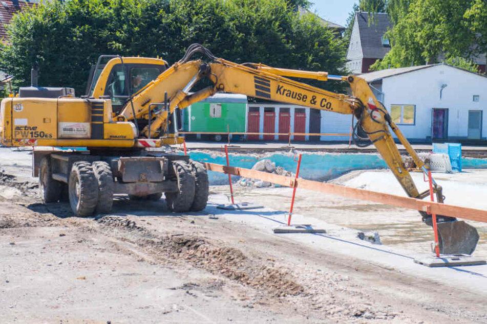 Eine ortsansässige Baufirma hat im Neukirchener Sommerbad aus Versehen Teile eines Spielplatzes abgerissen. Fotos: Georg Ulrich DostmannEine ortsansässige Baufirma hat im Neukirchener Sommerbad aus Versehen Teile eines Spielplatzes abgerissen.