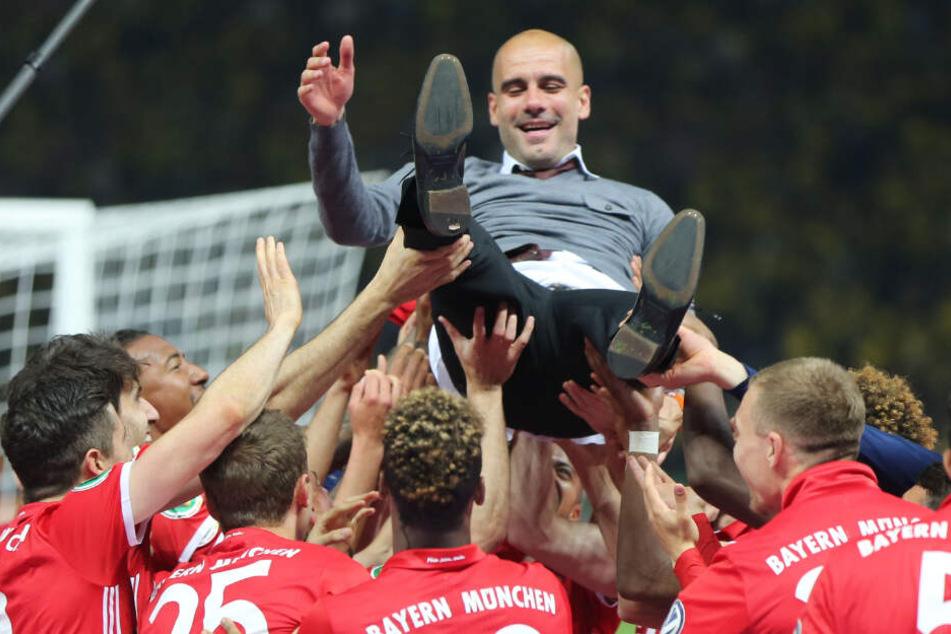 Pep Guardiola wird nach dem DFB-Pokalfinale 2016 von den Bayern-Spielern gefeiert.