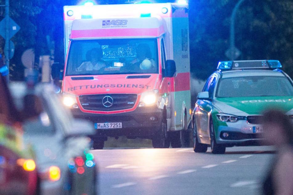 In Erding mussten Rettungskräfte nach einem Unfall Verletzte versorgen. (Symbolbild)