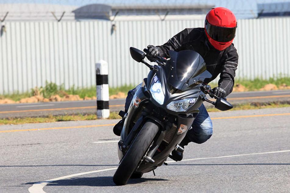 Vermutlich war der Biker zu schnell unterwegs, als er aus der Kurve geschleudert wurde. (Symbolbild)