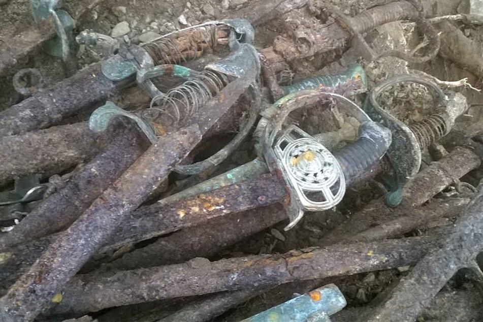 Diese verrostete Degen, Säbel und Dolche wurden gefunden.