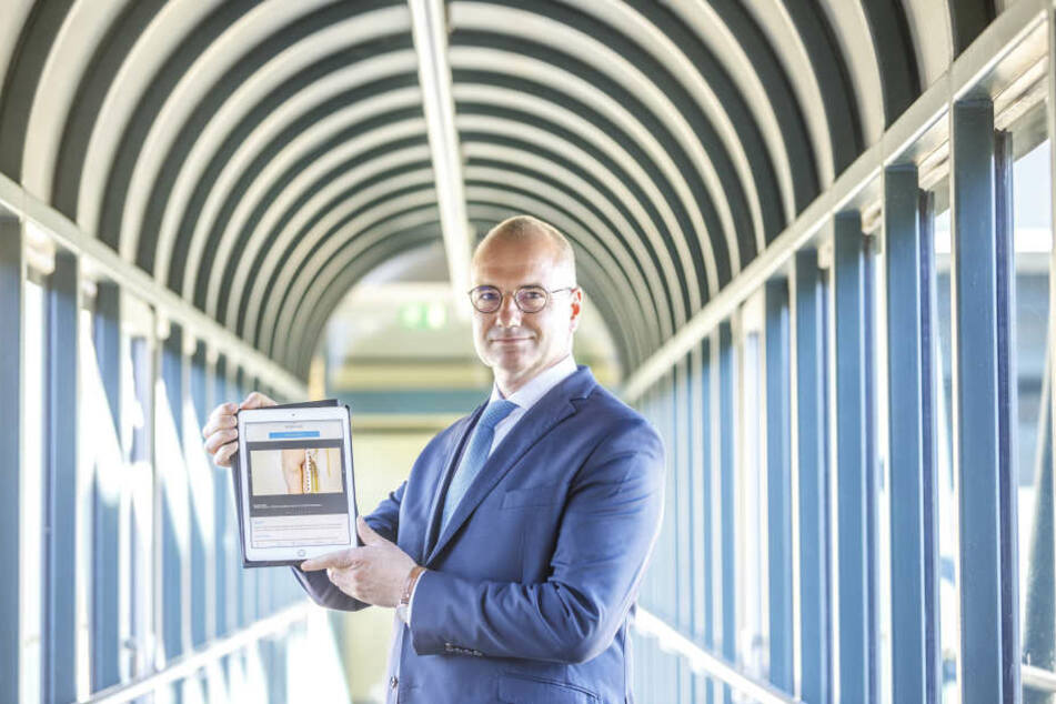 Kindesmissbrauch besser erkennen: Der Präsident der sächsischen Landesärztekammer, Erik Bodendieck (51), zeigt die neue App fürs Smartphone, Tablet und Computer.