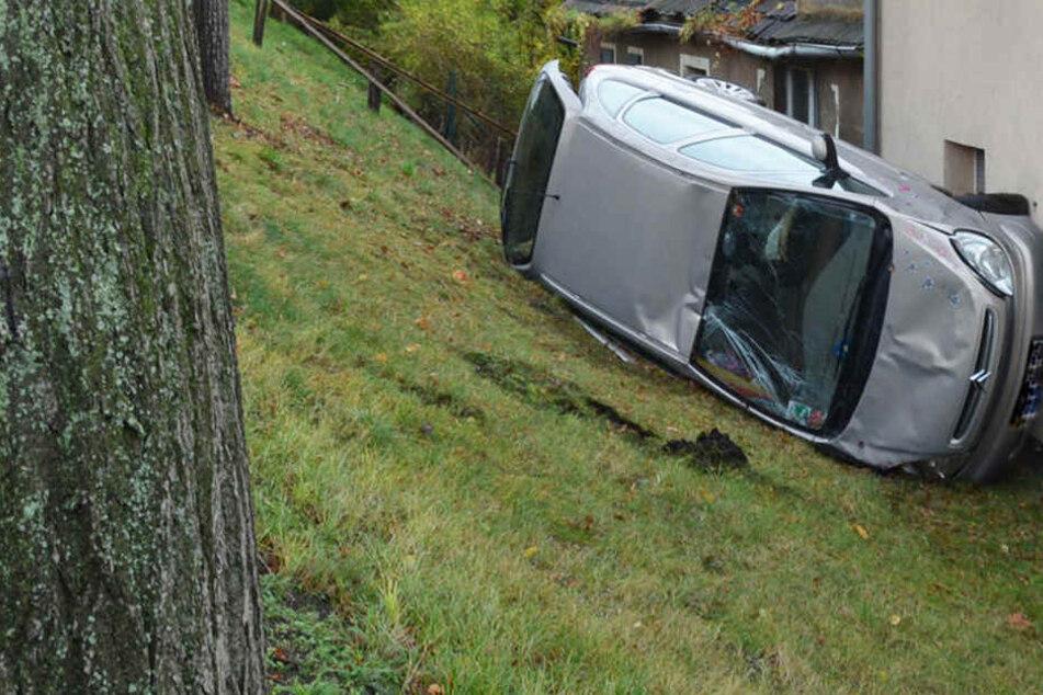 Der Citroën überschlug sich und krachte gegen eine Hauswand.