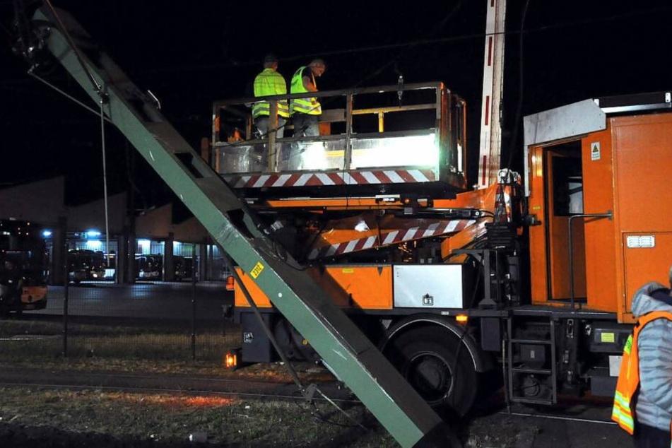 Techniker mussten sich um den umgeknickten Strommasten kümmern.