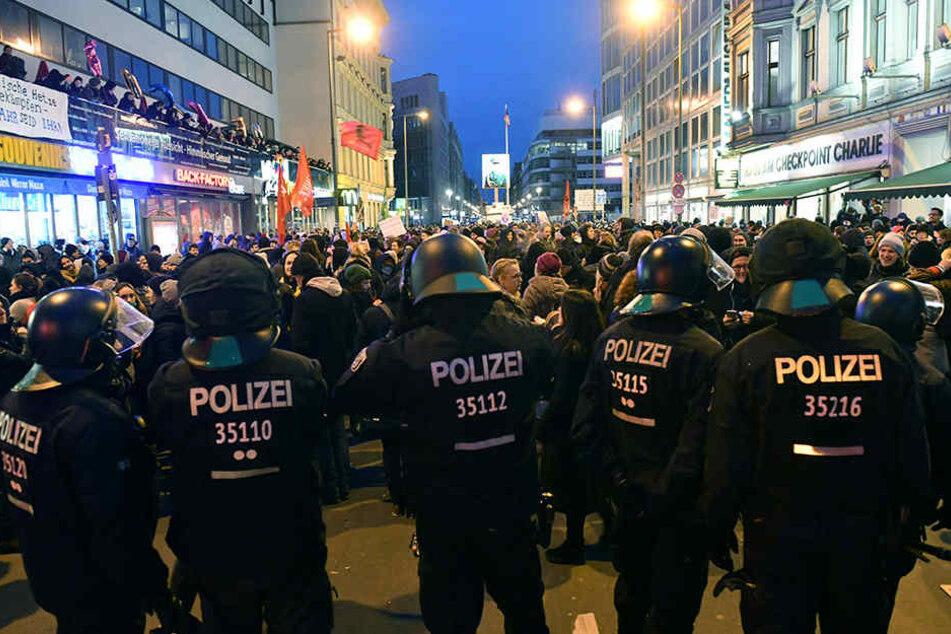 """Polizisten blockieren bei einer Demo - einem """"Frauenmarsch"""" aus dem AfD-Umfeld - Gegendemonstranten am Checkpoint Charlie."""