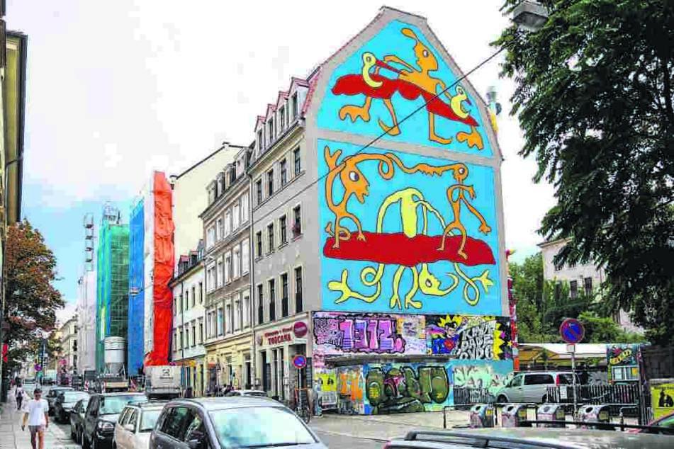 Das Fassadenbild von Richaaard auf der Louisenstraße 34 zeigt die typisch-verschlungenen Figuren.