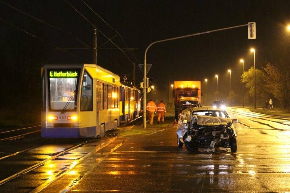 Auf der Permoserstraße in Leipzig kollidierte Dienstagabend ein Auto mit einer Straßenbahn.