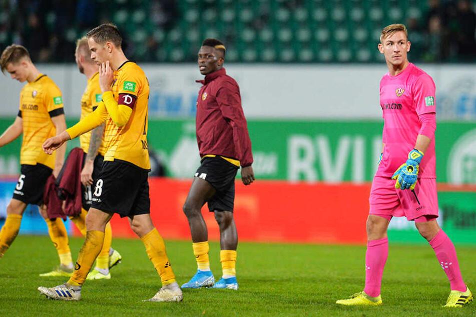 Betreten schlichen die Spieler von Dynamo Dresden vom Platz.