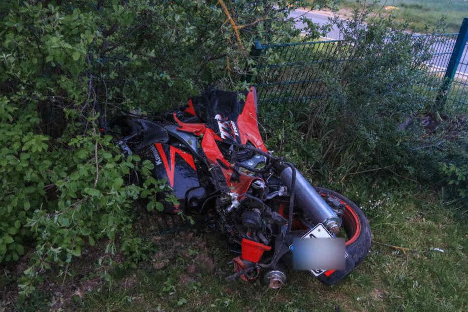 Das Motorrad krachte durch einen Zaun und kam in einem Garten zum liegen.