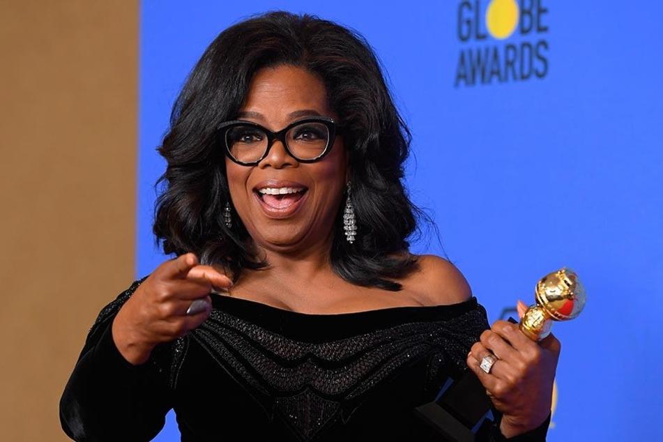 US-Moderatorin Oprah Winfrey präsentiert am 07.01.2018 im Presseraum des Beverly Hilton Hotels in Los Angeles ihren Preis bei der 75. Verleihung der Golden Globe Awards.