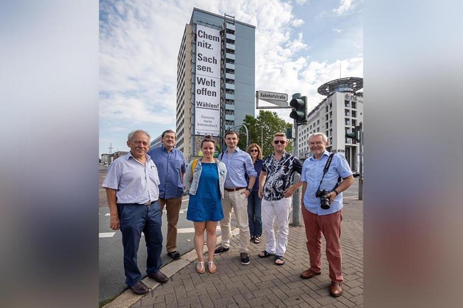Die Initiatoren des Großplakates: Prof. Josef Krems (65, v.l.), Gerhard Dohrn-van Rossum (72), Maria Kreußlein (32), Michael Meinig (32), Dr. Marion Gees, René König (46), Prof. Werner Holly (72).