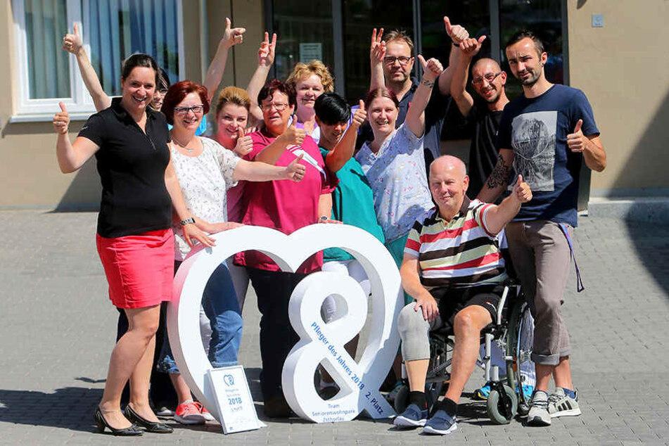 Wolfgang Böhm (57) und das herzlichste Pflegeteam Deutschlands vom Seniorenheim Zschorlau freuen sich über die Auszeichnung.