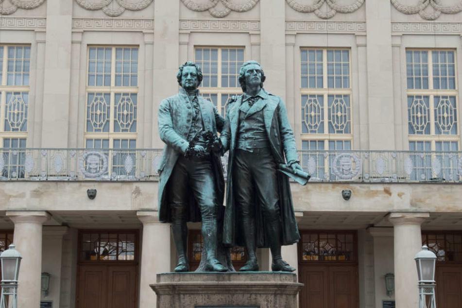 Goethe und Schiller als Statuen vor dem Weimarer Nationaltheater sind vielen bekannt. Doch einen Bezug zu George Washington kennen sicherlich weniger.
