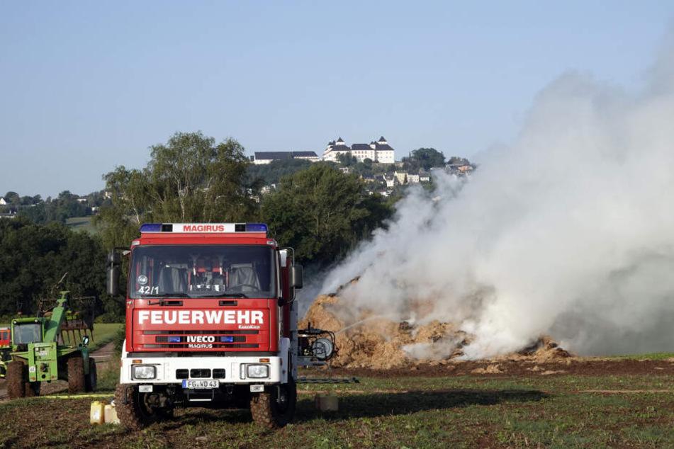 Anwohner sollen Fenster und Türen geschlossen halten! Tausende Strohballen in Flammen