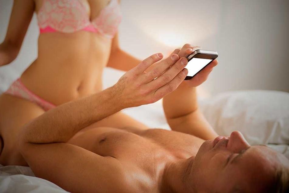 Eigentlich ein No-Go, beim Sex auf das Smartphone schauen.