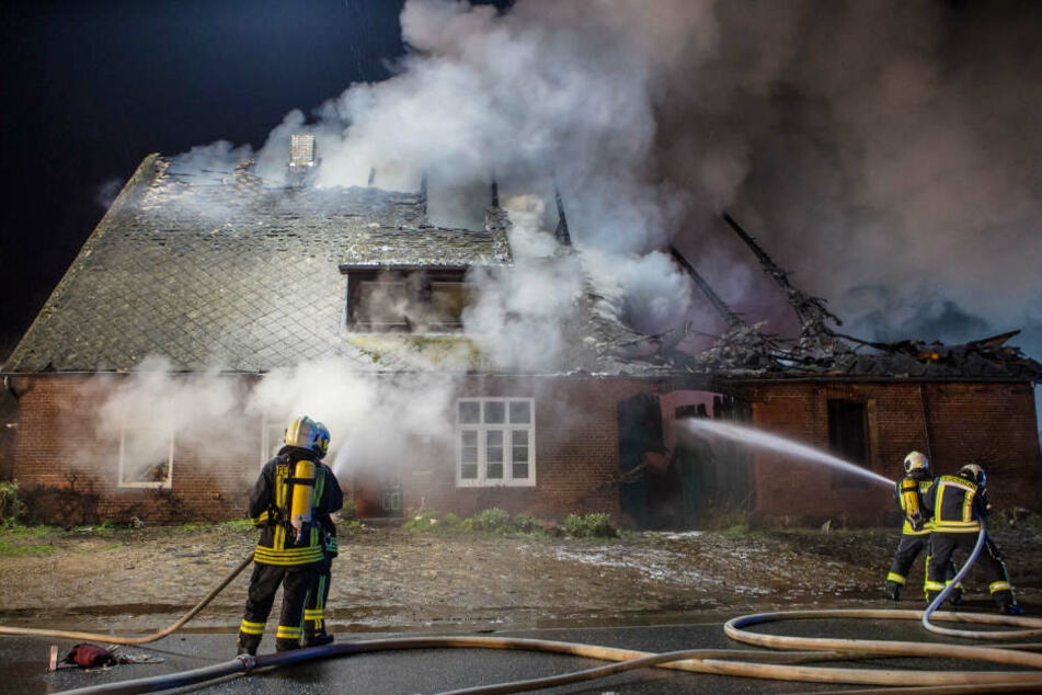 Die Feuerwehr versuchte von mehreren Seiten den Brand zu bekämpfen.
