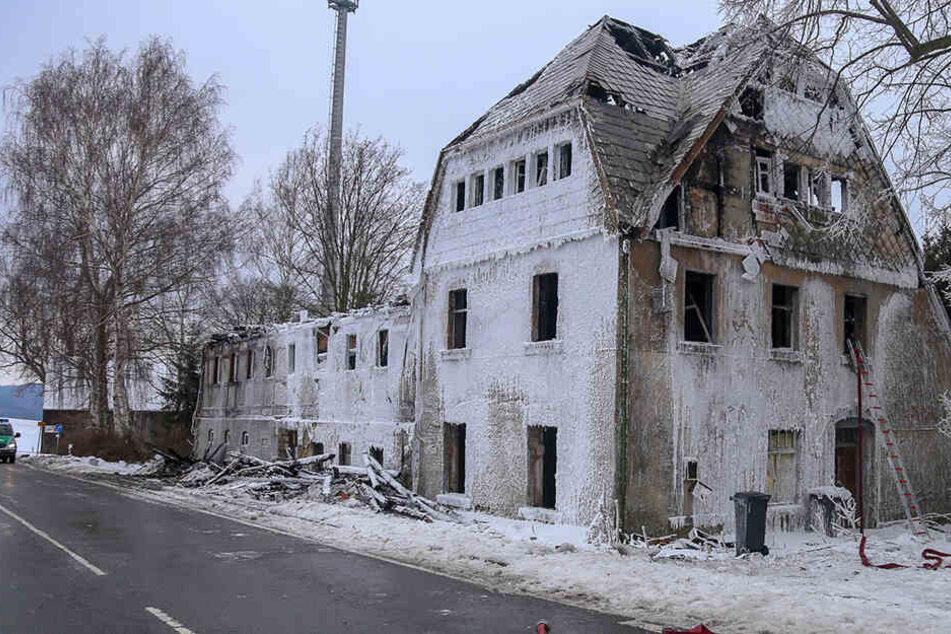 Die Feuerwehr ließ das Gebäude kontrolliert abbrennen.
