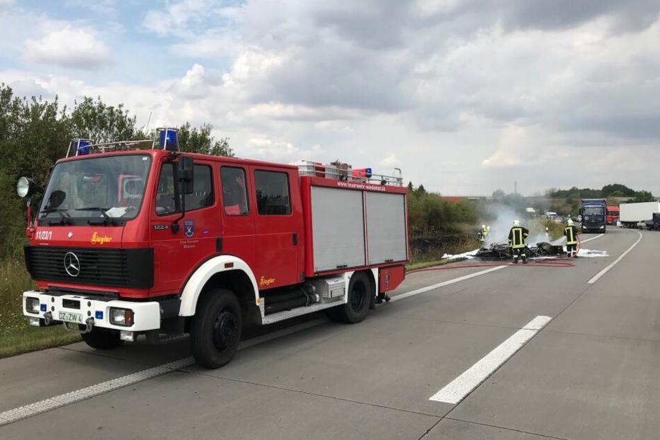 Die Kameraden der Feuerwehr wurden zum Brand eines Wohnwagenanhängers auf der A9 alarmiert.