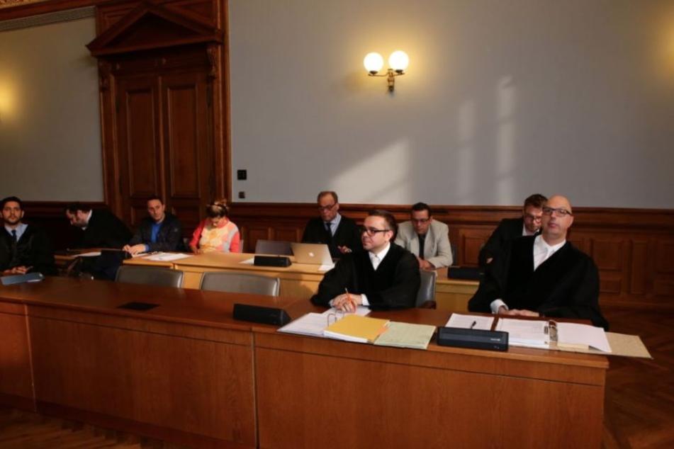 Die Staatsanwaltschaft um Staatsanwalt Nico Teske (l.) und Oberstaatsanwalt Guido Lunkeit verlas gegen 9.50 Uhr die Anklageschrift.