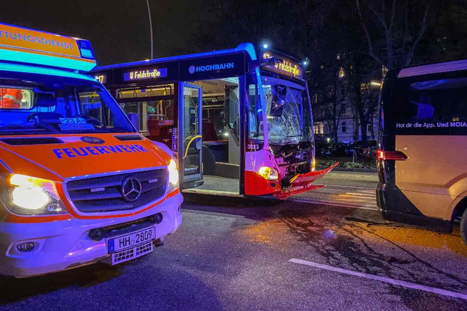 Der Linienbus wurde durch den Unfall im Frontbereich schwer beschädigt.