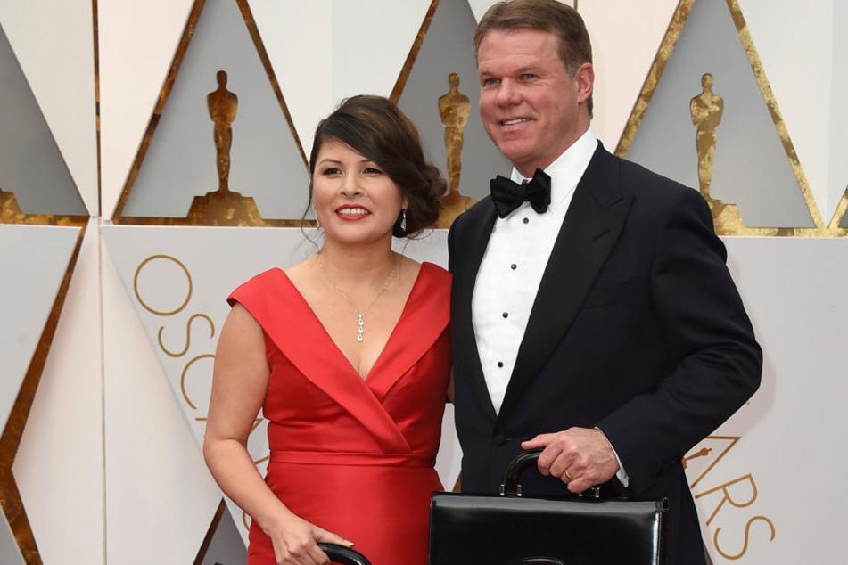 Martha L. Ruiz (l) und Brian Cullinan von PricewaterhouseCoopers haben nach der Umschlag-Panne Showverbot bei den Oscars.
