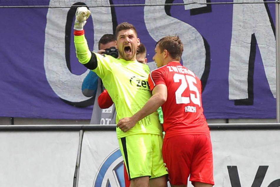 Torhüter Johannes Brinkies (l.) war neben Ex-Dresdner Robert Koch Matchwinner beim Sieg gegen den VfL Osnabrück.