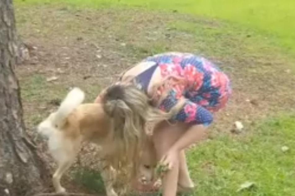 Hier fängt Lynn den Urin ihres Hundes auf.