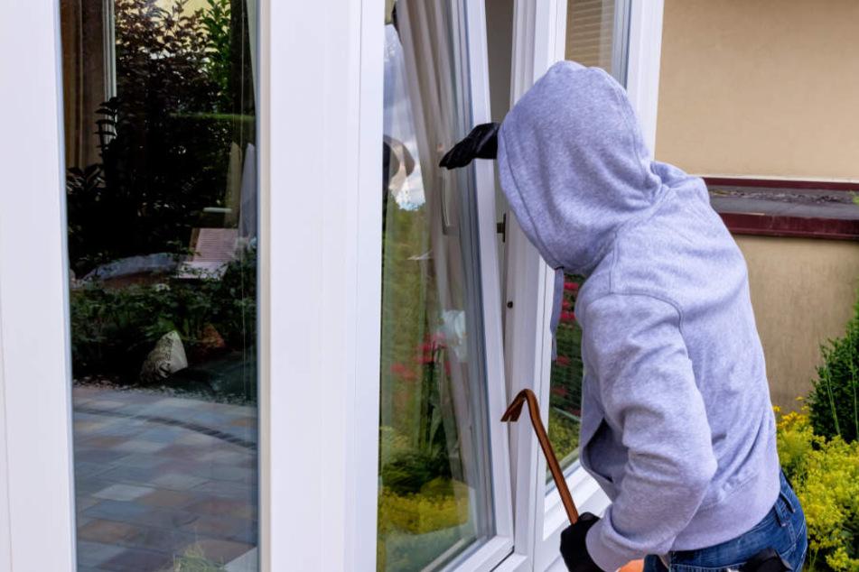 Der Mann klaute Schlüssel und verschaffte sich dann Zugang zu seiner Beute. (Symbolbild)