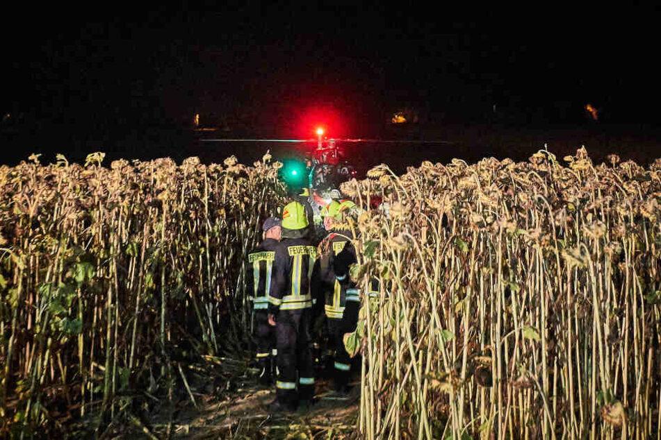 """Der Rettungshubschrauber aus Bautzen """"Christoph 62"""" landete oberhalb der Unfallstelle auf einem Feld."""