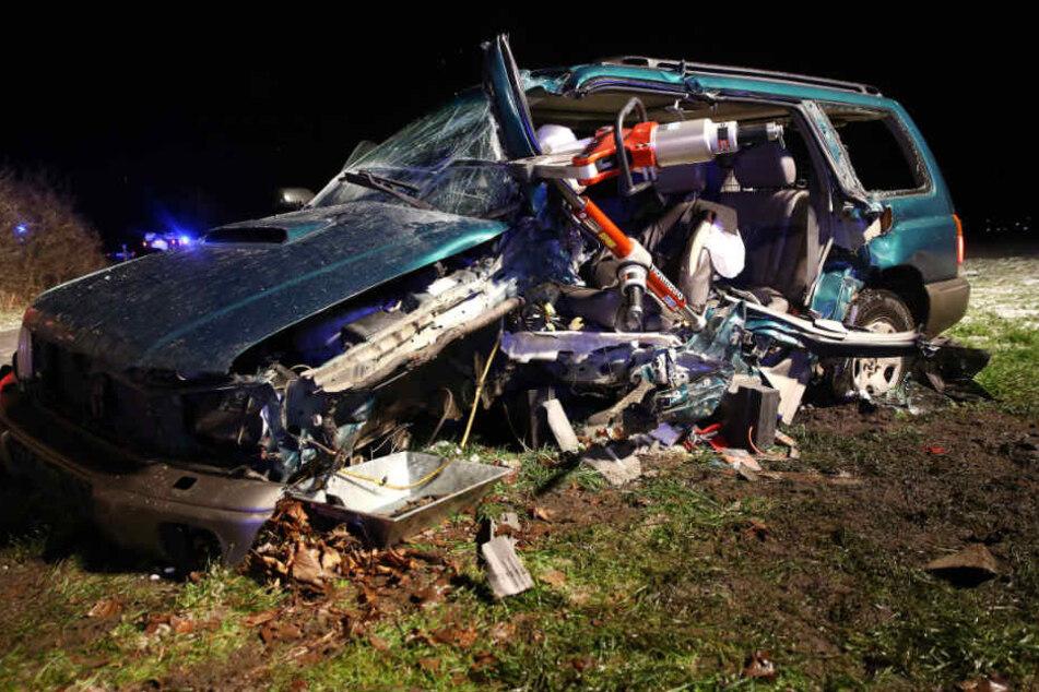 Der Fahrer des Subarus wurde im Wagen eingeklemmt.