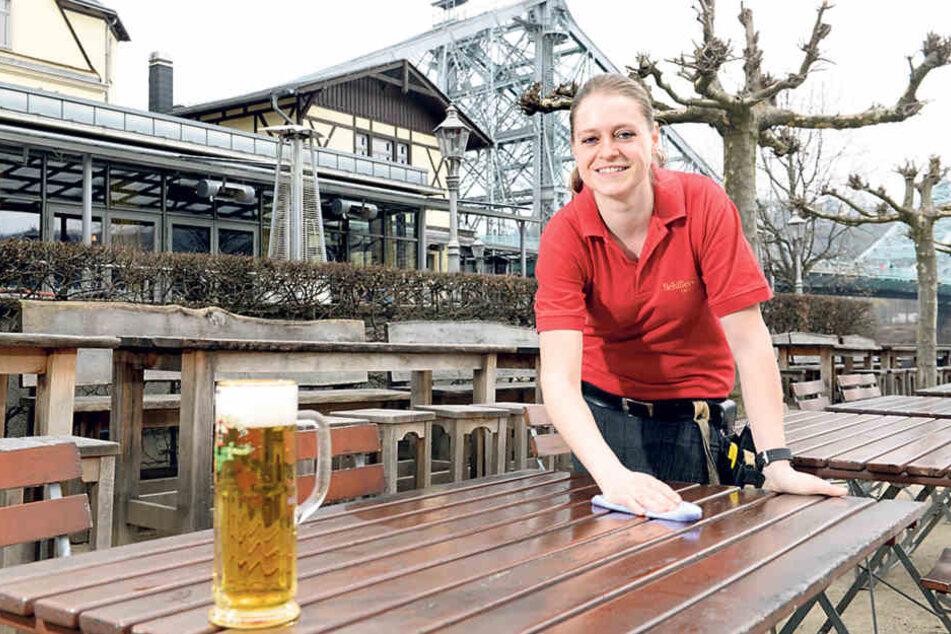 Prosit: Restaurantfachfrau Anja Dietrich (33) rüstet den Schillergarten für  den Saisonstart.