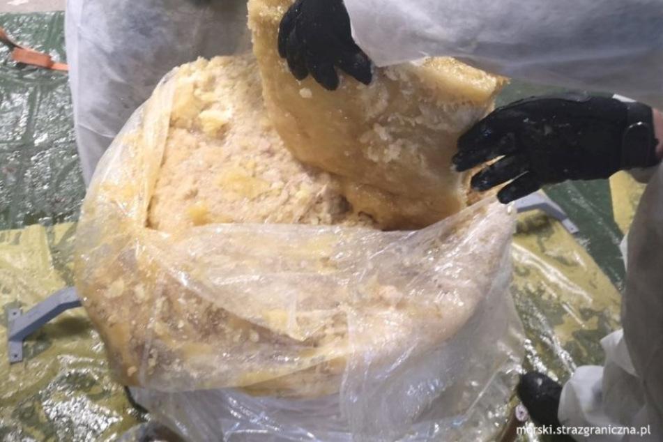 Das Ananas-Fruchtmark befand sich in Fässern, die zerschlagen wurden. Schließlich kam im Kern die weiße Substanz zum Vorschein.