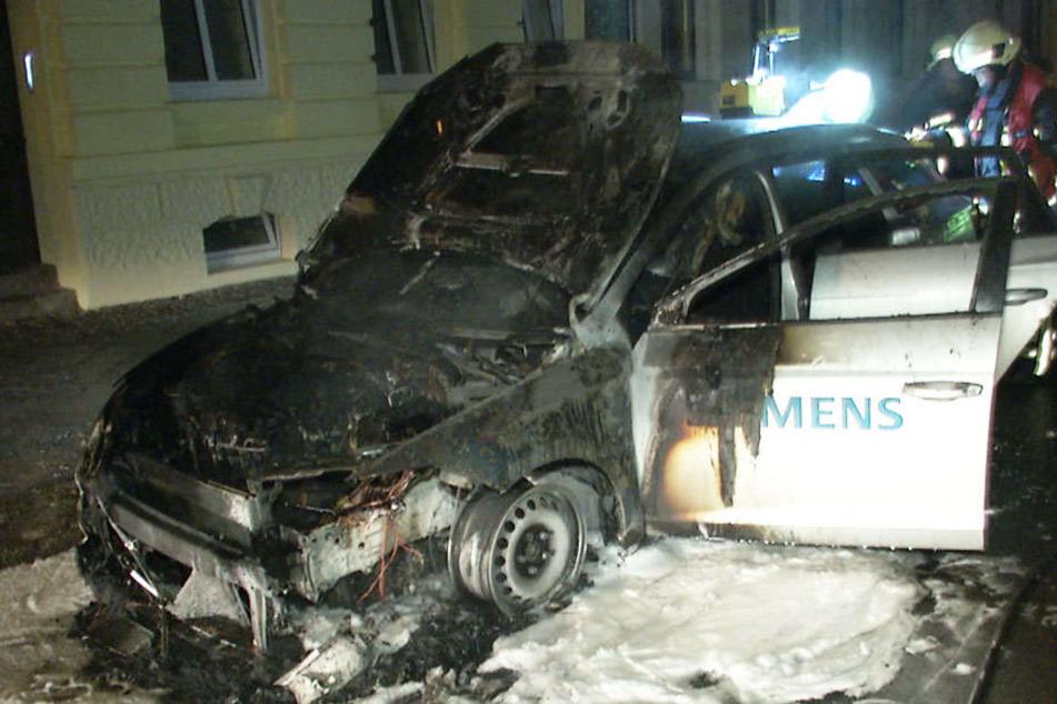 Die Feuerwehr konnte den Wagen nicht mehr retten. Auch die Ausrüstung des Siemens-Mitarbeiters wurde zerstört.
