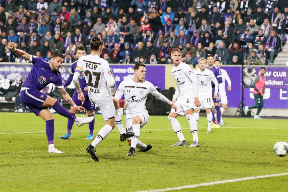 Pascal Testroet hat abgezogen, der Ball schlägt zum 3:1 im Gehäuse des FC St. Pauli ein, der fünfte Heimsieg des FCE ist perfekt.