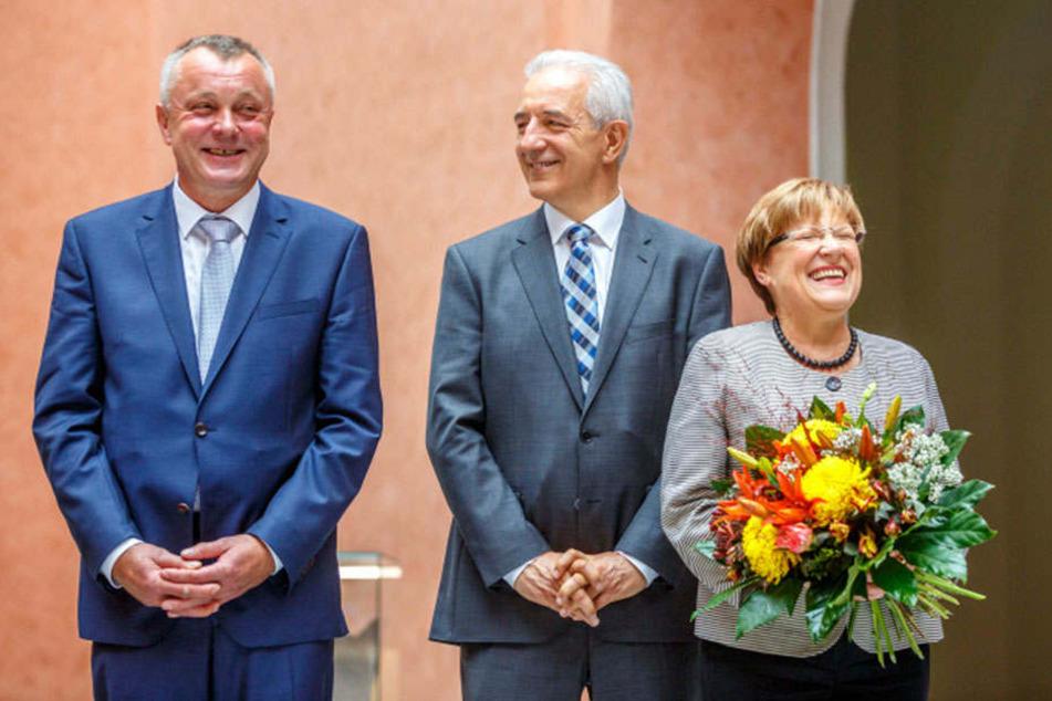 Ministerpräsident Stanislaw Tillich (58, CDU) übergibt der bisherigen Kultusministerin Brunhild Kurth (63, CDU) ihre Entlassungsurkunde. Gleichzeitig bekommt der neue Kultusminister Frank Haubitz (59, parteilos) seine Berufungsurkunde.