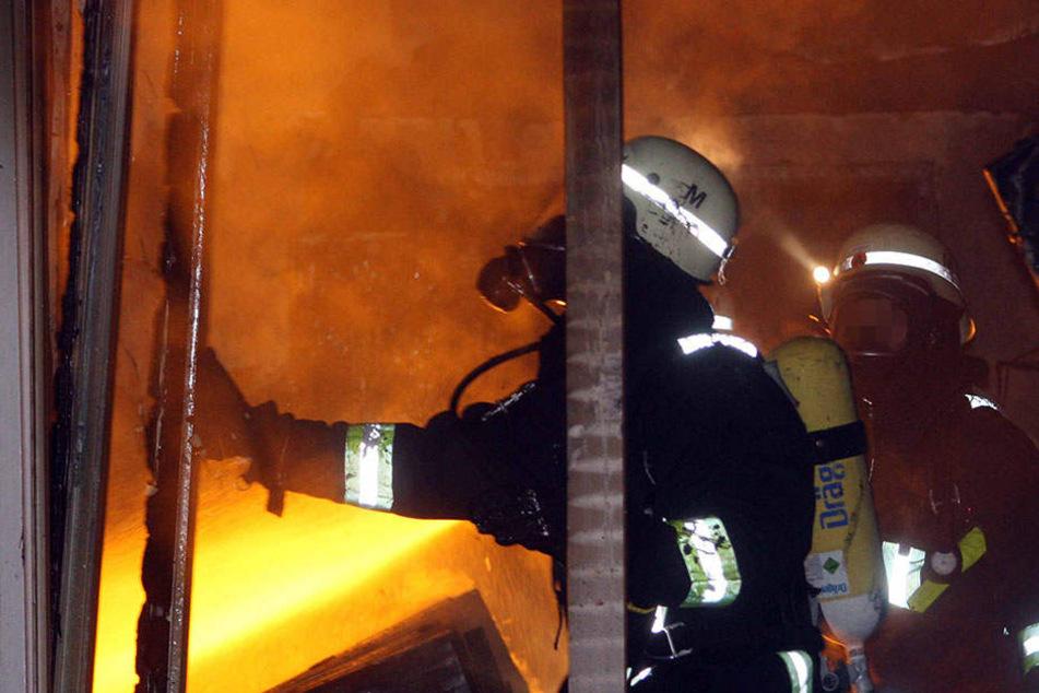 In einer ehemaligen Berufsschule in Gera brannten Aktenordner (Symbolbild).