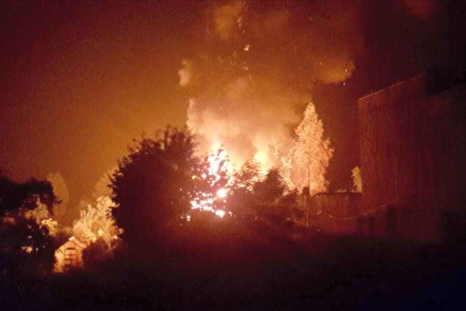 Die Polizei geht nach dem Feuer in der Gartenanlage von Brandstiftung aus.