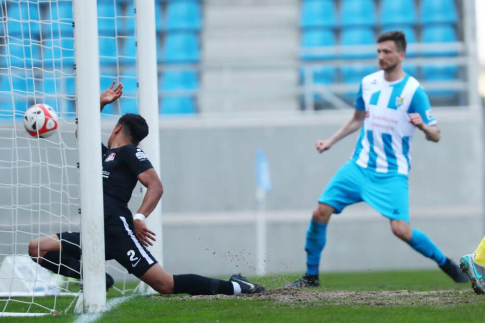 Treffer zum 1:0 durch Torschütze Kostadin Velkov (nicht im Bild), Torwart Oguzhan Matur kann den Ball nicht mehr stoppen.