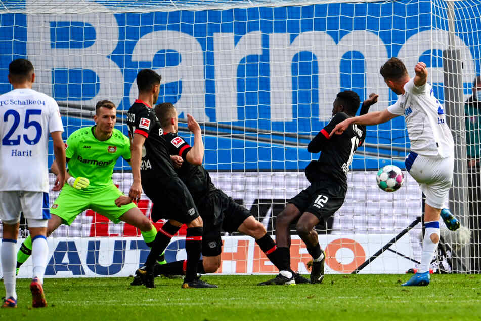 Klaas-Jan Huntelaar (r.) zieht ab und trifft zum 1:2-Anschlusstreffer, der letztlich wertlos blieb.