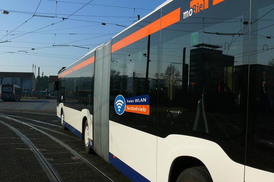 Die vier WLAN-Busse, die im gesamten Liniennetz unterwegs sind, erkennt man an den Aufklebern auf den Seitenscheiben.